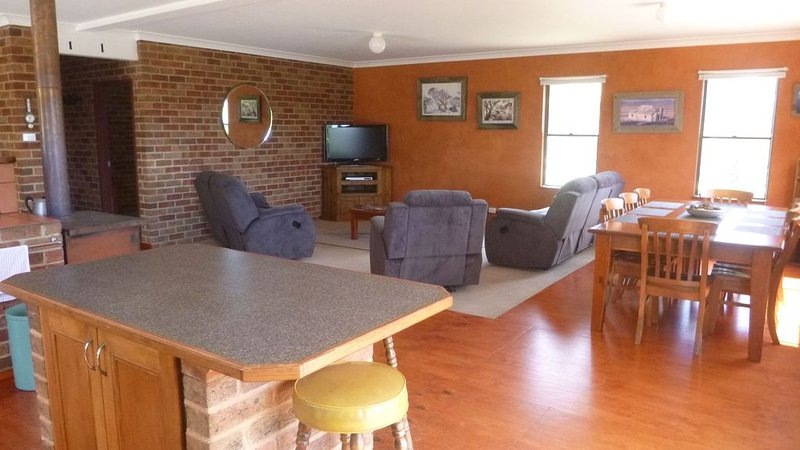Rocky Tops - Quiet with amazing views, sleeps 10, holiday rental in Berridale