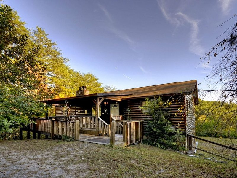 4 bedroom, 3 bath, sleeps 10. Wifi  mountain view, close to Ocoee river rafting, vacation rental in Ducktown