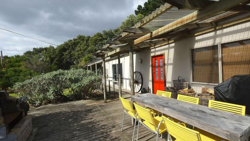 Deck ao ar livre ensolarado com refeições disfarçadas para seis e churrasco - brunch ou almoço.