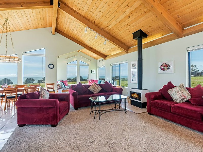 Dazzling private home on the ocean side of the highway, stunning ocean views, alquiler de vacaciones en Stewarts Point