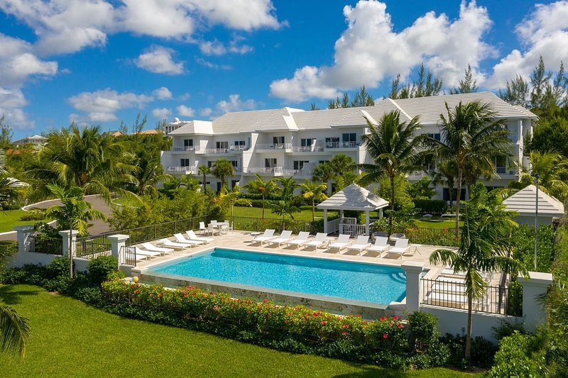 Ultra Luxury Two Bedroom Penthouse w/ Spectacular Ocean Views, Pool, Beach, holiday rental in Coral Harbour