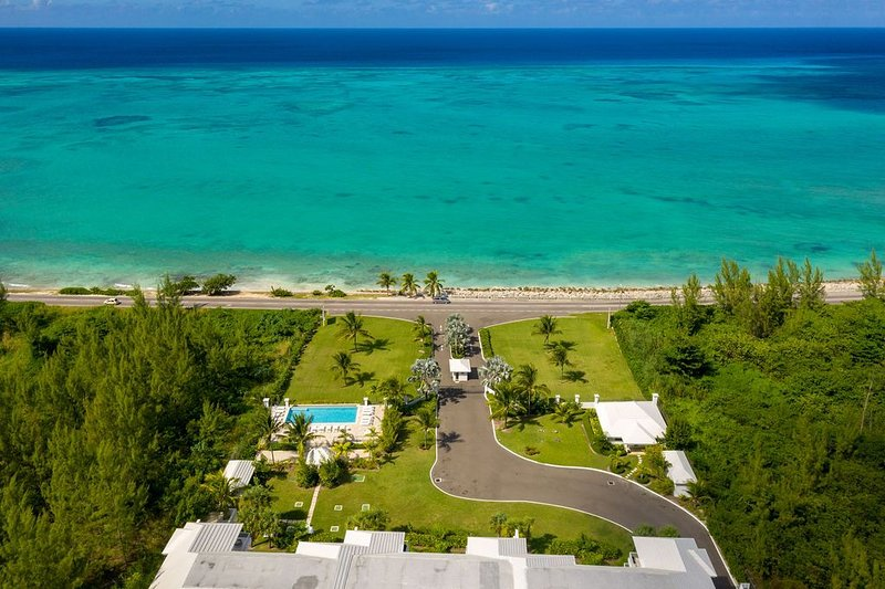 Ultra Luxury Two Bedroom Condo w/ Spectacular Ocean Views, Pool, Beach, holiday rental in Coral Harbour