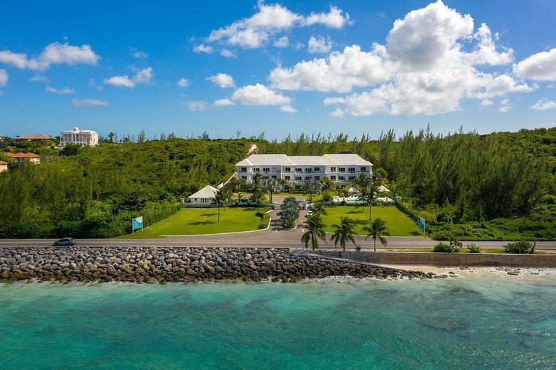 Ultra Luxury Condominums w/ Spectacular Ocean Views, Pool, Beach, holiday rental in Coral Harbour