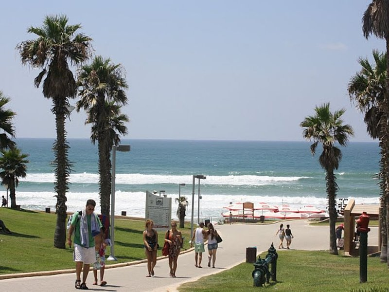 LOVELY 3 ROOMS APARTMENT + BEACH, MARINA, SHOPPING, ENTERTAINMENT, holiday rental in Ramat Hasharon