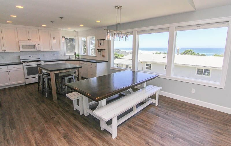Luxury Ocean View Home with Large Game Room, Hot Tub, Arcade Fun & Beach Access, location de vacances à Lincoln City