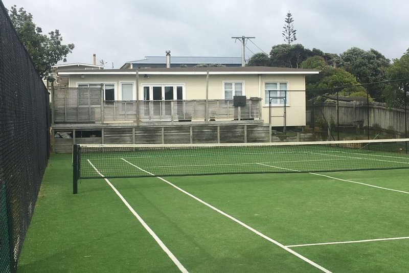 Classic 50s seaside bach with tennis court, vacation rental in Kapiti Coast