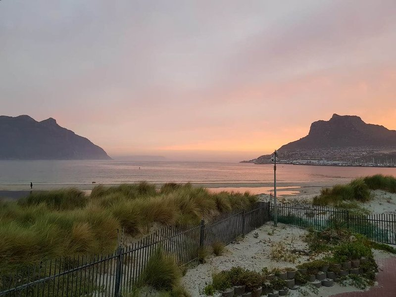 House literally ON the beach - Hout Bay, CAPE TOWN. In a security estate., alquiler de vacaciones en Hout Bay