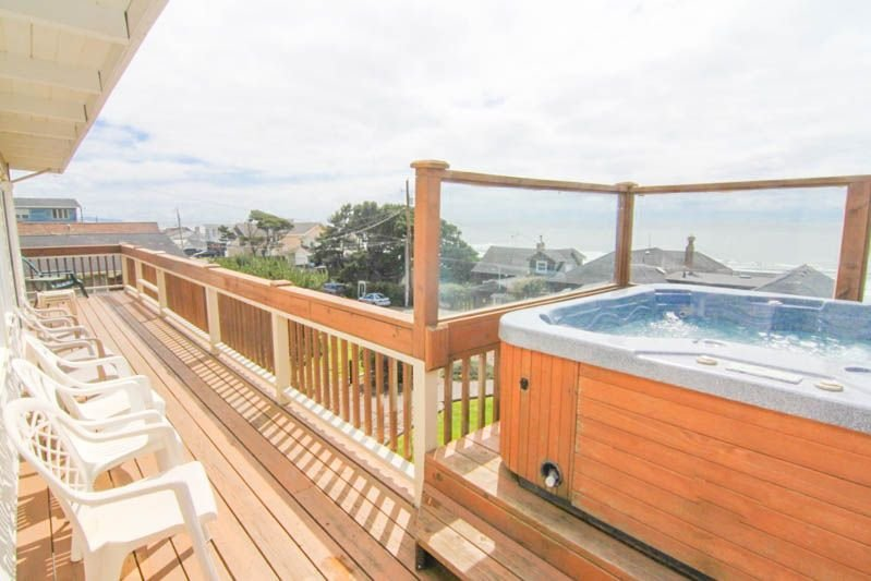 Amazing View, Hot Tub, WiFi, Deck and Giant Yard!, vacation rental in Otis