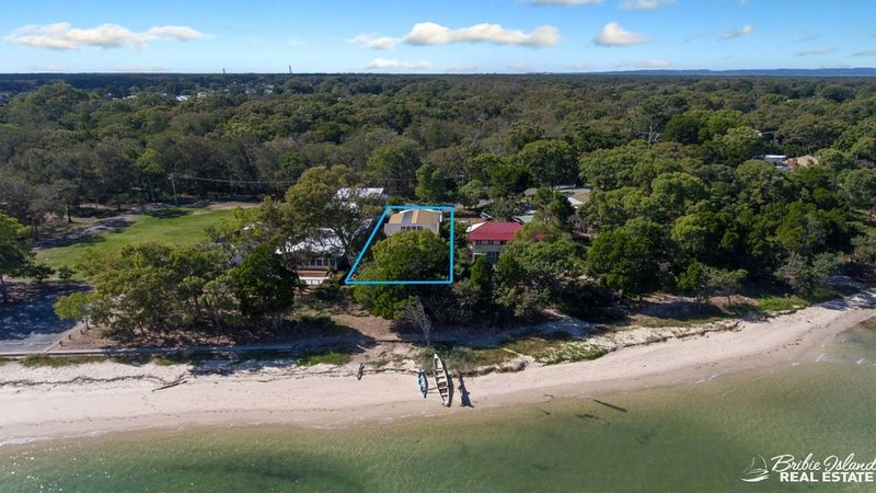 HUGE ABSOLUTE BEACHFRONT HOUSE, vacation rental in Moreton Bay Region