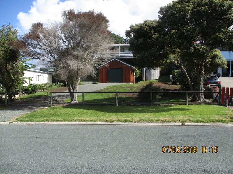 Oakura Lookout is a comfy bach overlooking Oakura with some water views., holiday rental in Whangaruru