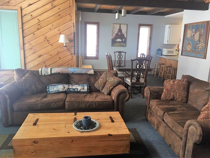 Cómoda sala de estar (la mesa de comedor en el fondo ha sido reemplazada)