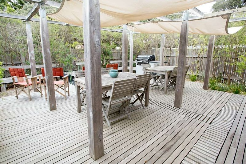 Just 2 minutes to the Beach in Old Lonsdale - Comfortable Family Home Designed f, casa vacanza a Point Lonsdale