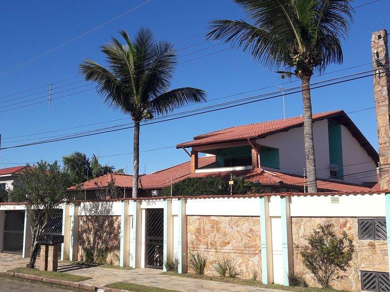 Casa de luxo c/ pé na areia, p/ mais de 21 pessoas - 3 suites, holiday rental in Itariri