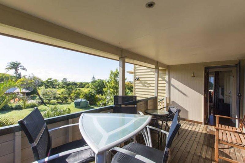 Seabreeze Sojourn - Queenslander one hectare near sea, vacation rental in Burnett Heads