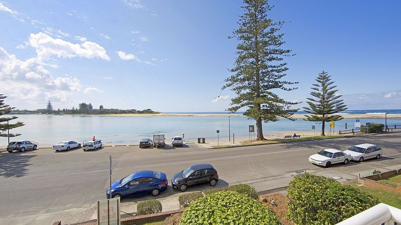 Jewel Court Unit 5 - on Marine Parade - waterfront, alquiler vacacional en The Entrance
