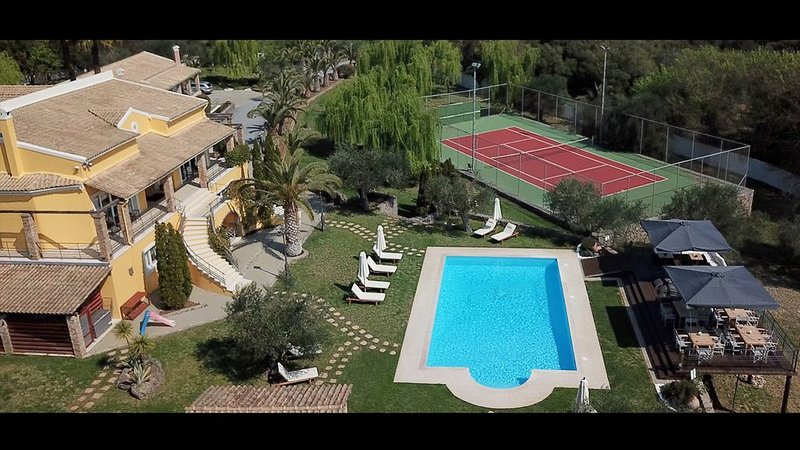 Villa Privilege with Tennis Court with Heated indoor & outdoor Pool (sleep 16), holiday rental in Temploni