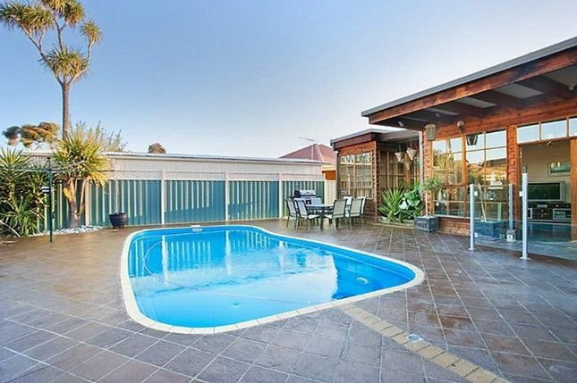 3BR house with pool, close to city and beaches!, location de vacances à Hobsons Bay