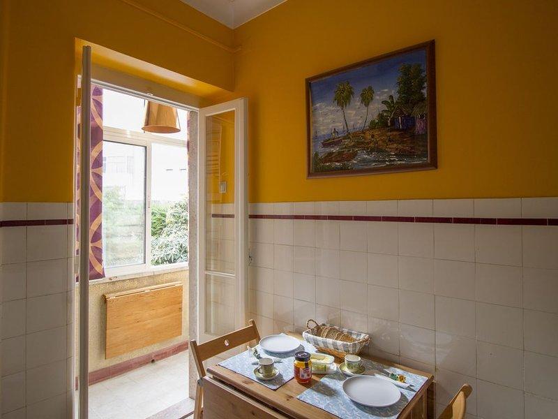 *NEW*Charming cozy bright and artsy Alcântara flat, casa vacanza a Bélem