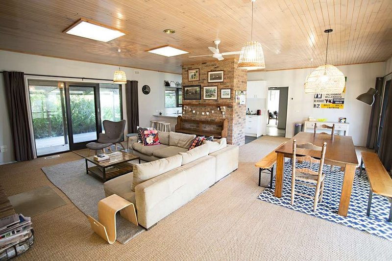 LOCKINGTON - A LARGE FAMILY HOME BY THE BACK BEACH IN LONNIE., casa vacanza a Point Lonsdale