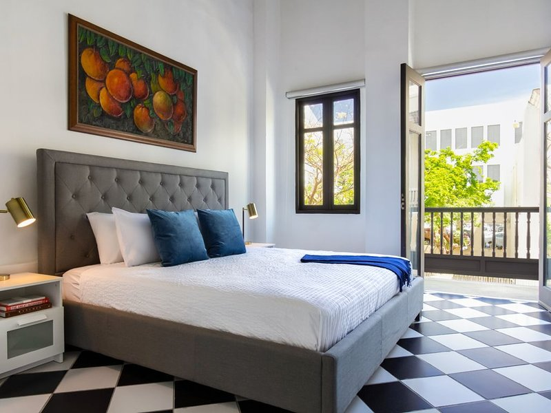 Plaza Suite  Your own private balcony 1 bedroom in Old San Juan, location de vacances à Toa Baja