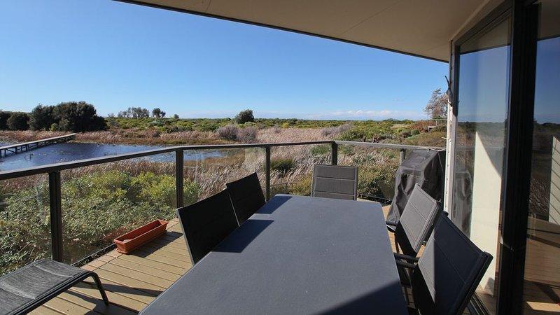 MOORHEN COVE 3: 3/15 Wallaga Lake Road- Spacious, luxury townhouse with views, location de vacances à Bermagui