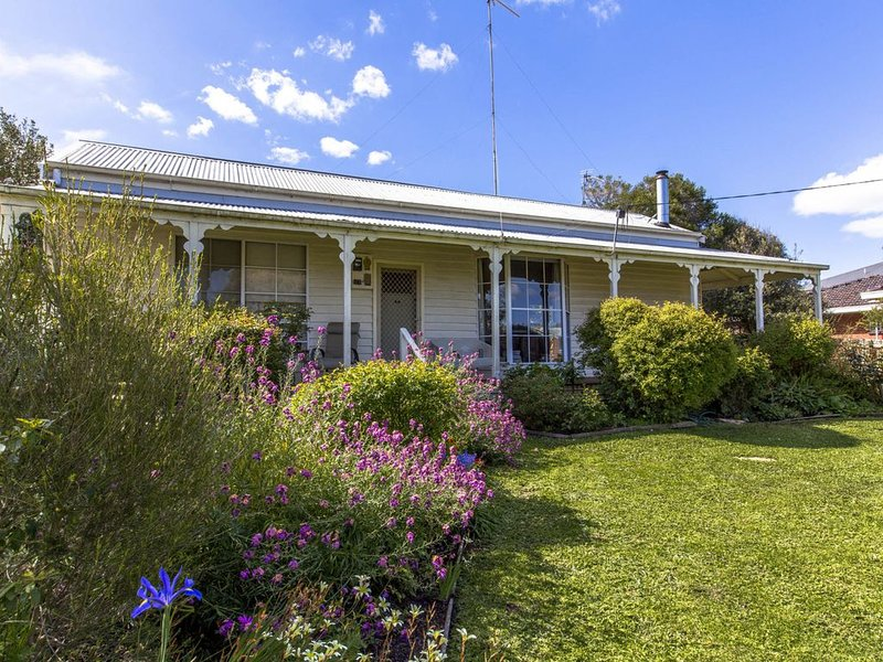 CLASSIC COTTAGE MINUTES TO THE BEACH, holiday rental in Inverloch