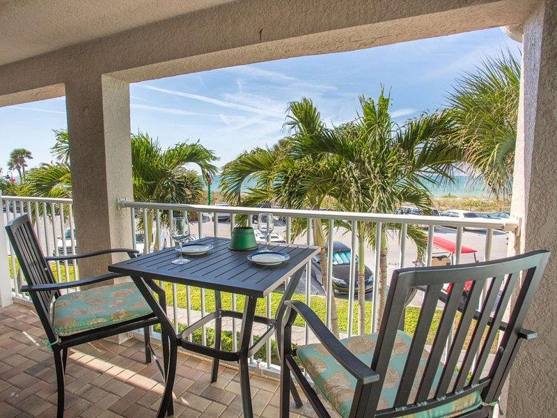Spectacular Location on Pass-A-Grille!  Near Restaurants. Pool. Beach views. Fre, vacation rental in St. Pete Beach