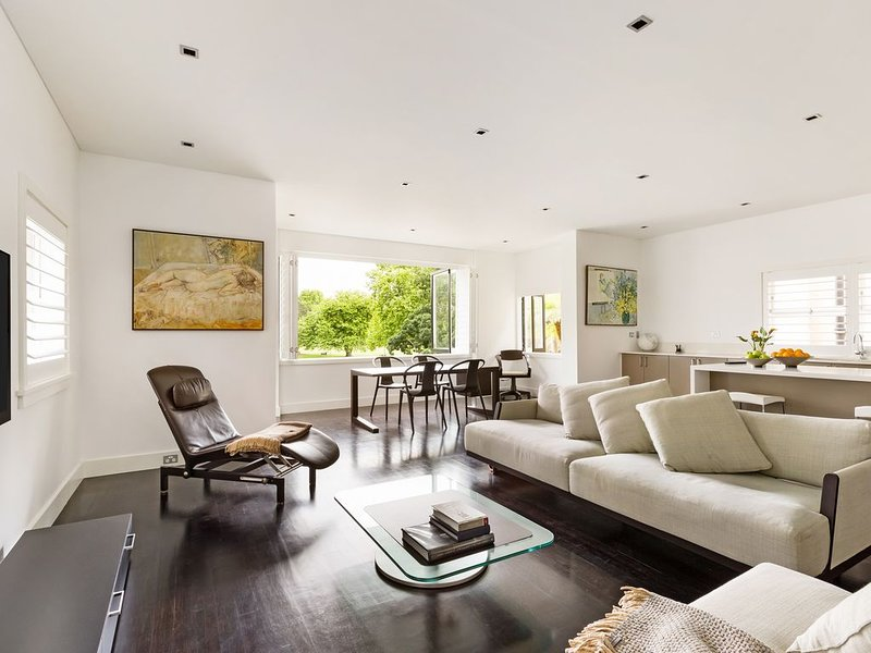 PARKSIDE PERFECTION- LUXURY EXEC STYLE RESIDENCE, holiday rental in Double Bay