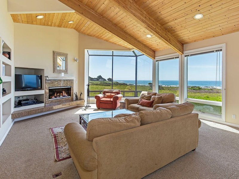 Oceanfront house with deck, private hot tub, WiFi, good for couples – semesterbostad i The Sea Ranch