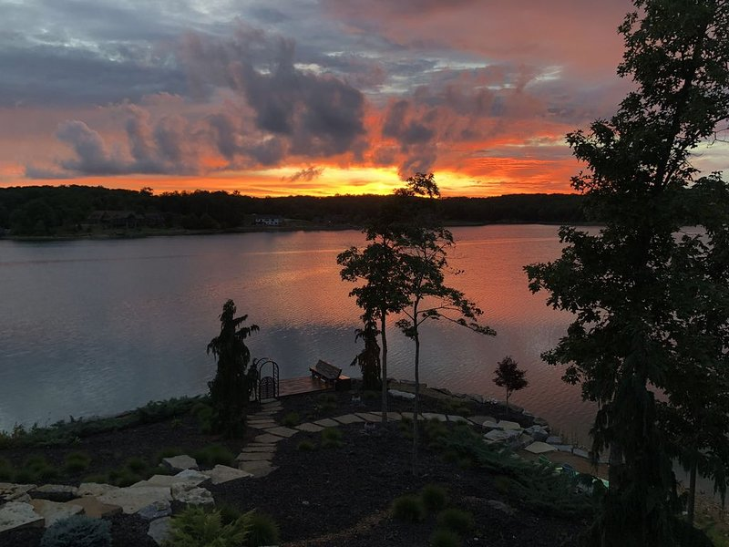Pristine Lake Alpine house with Stunning Views, kayaks, lily pad, fire pit, location de vacances à Innsbrook
