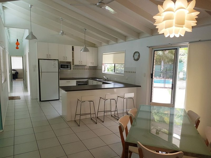 15 Larapinta Court - Family home with swimming pool in a quiet street and centra, location de vacances à Rainbow Beach