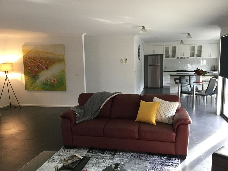 AJ's Home. Modern, open plan & quiet location., vacation rental in Longford