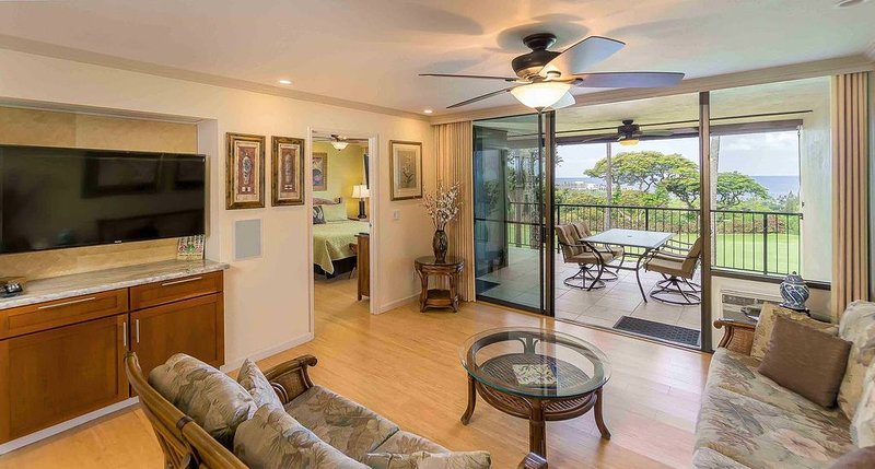Golf View Condo w/ Private Lanai, BBQ, Resort Hot Tub, Pools, Golf Course, holiday rental in Honalo