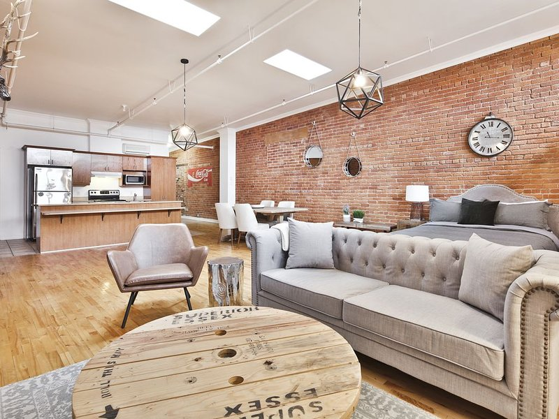 Industrial Loft Best Location Old Port Basilica, vacation rental in Saint-Lambert