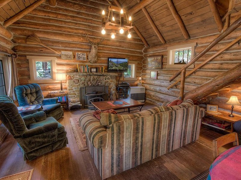 Historic Log Cabin, Private Beach, Filtered Lake Views, Deck, BBQ (NVH0581), alquiler de vacaciones en Zephyr Cove