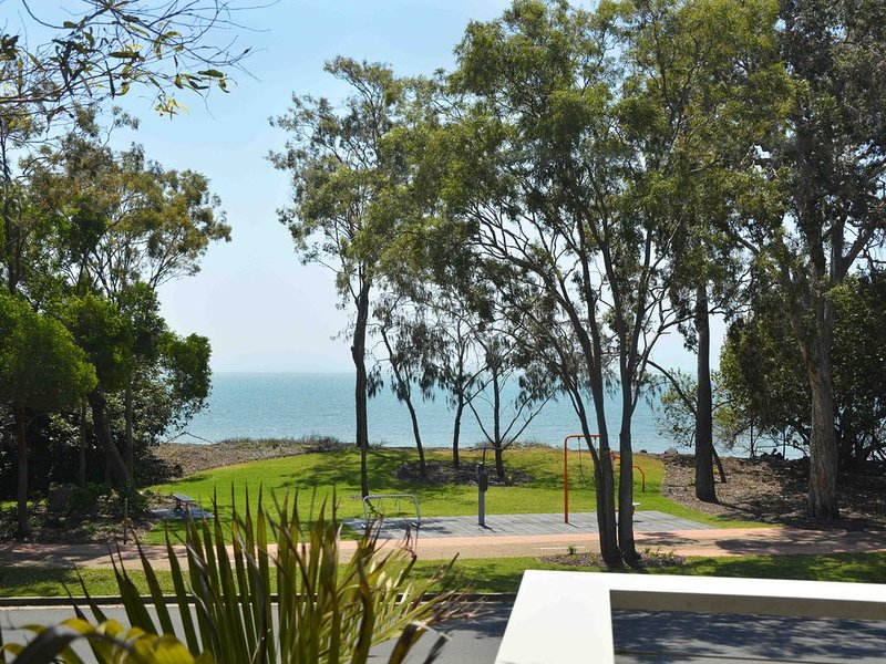 Apartment with Stunning Water Views From Every Room, holiday rental in Urangan