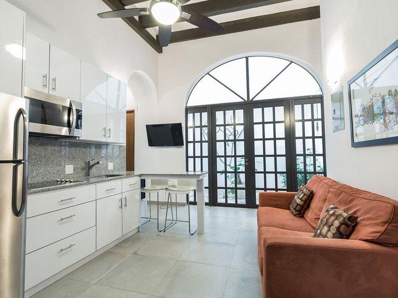 Villa Laurel | Old San Juan | Chic 2 Bedroom Apartment in Colonial City | Fantas, alquiler vacacional en Guaynabo