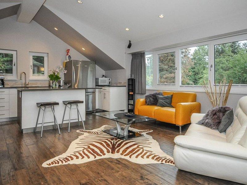 Modern spacious villa with breathtaking city skyline & ocean view, alquiler vacacional en North Vancouver