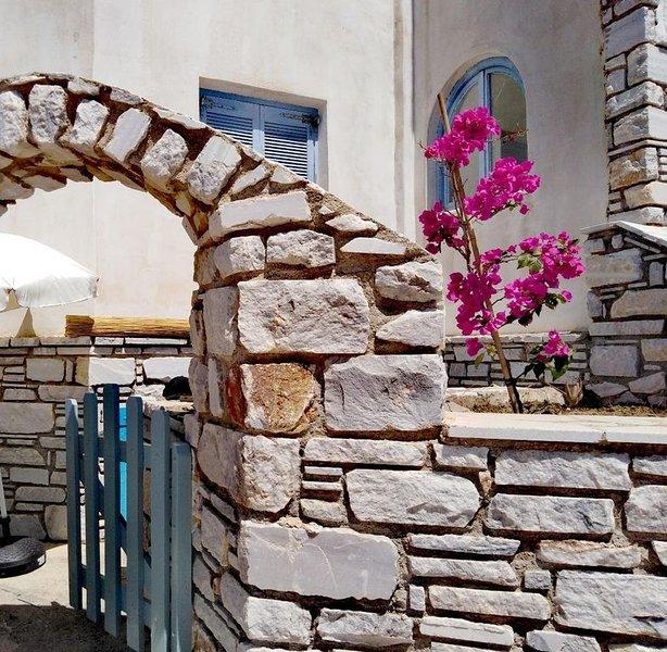 Paros Family House next to the beach of Aliki - spacious one bedroom appartment, holiday rental in Soros