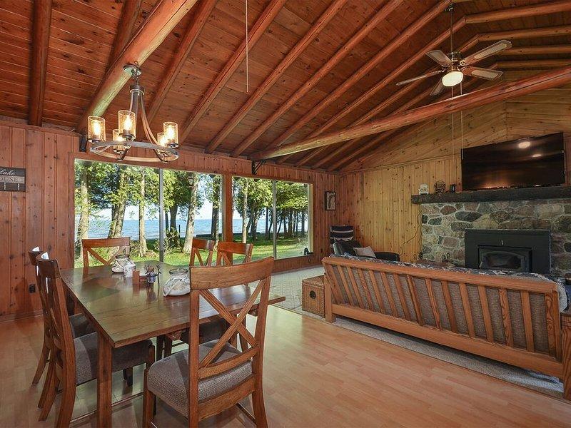 CEDAR CABIN on the BAY (Lake Michigan--Green Bay): WIFI, Pet-friendly lakefront, holiday rental in Cedar River