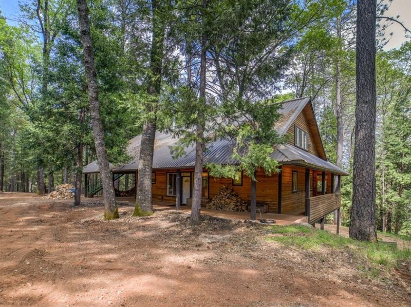 Bear Creek Lodge, 3000 sq ft 3 story home on Secluded 150 acres, casa vacanza a Pilot Hill