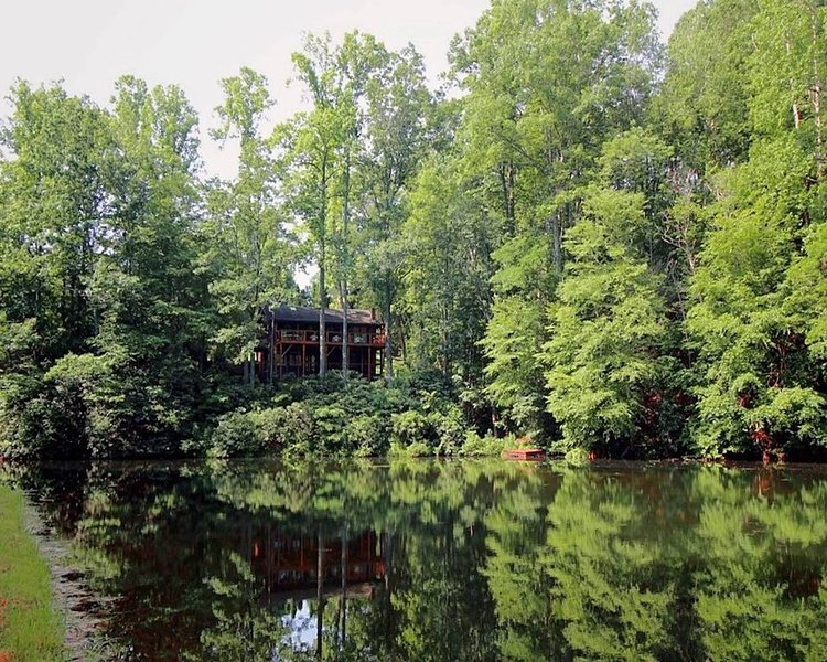 Cabin: Updated Mountain Lakefront; Hiking, Canoeing, Fishing, Family Friendly, casa vacanza a Edneyville