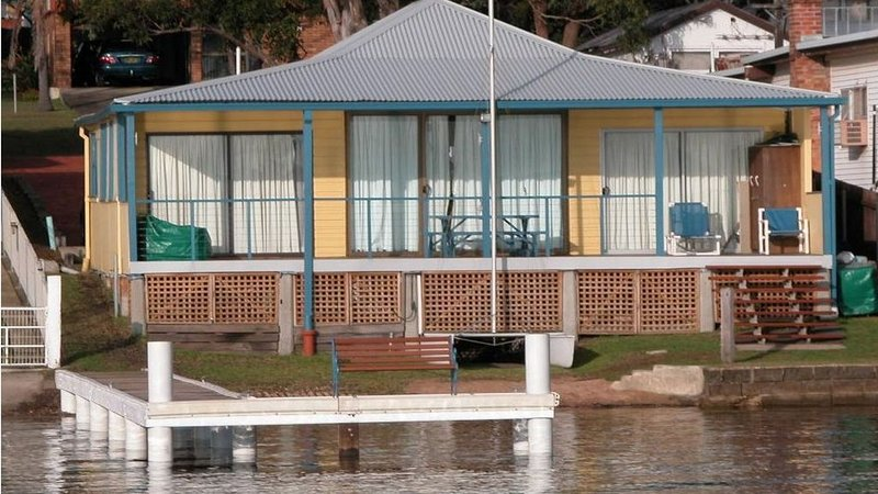 Absolute water front with private jetty!! Sunshine Cottage on Lake Macquarie, vacation rental in Lake Macquarie