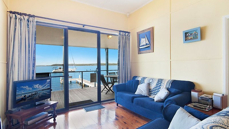 Absolute water front with private jetty!! Sunshine Cottage on Lake Macquarie, vacation rental in Greater Newcastle