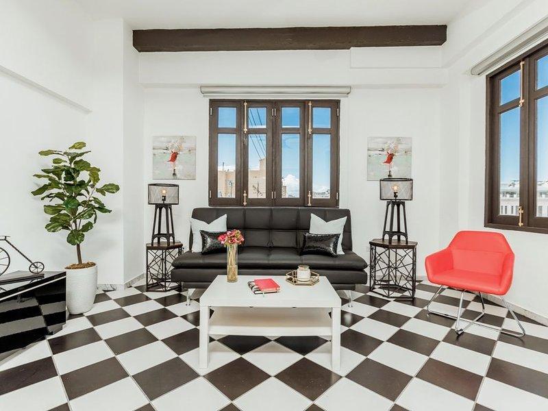 Mario's Old San Juan Flat | 1 Bedroom in best location in Old San Juan with Plaz, alquiler vacacional en Guaynabo