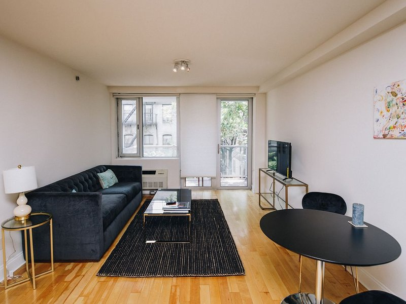 Stylish 1BR with balcony and elevator, vacation rental in Weehawken