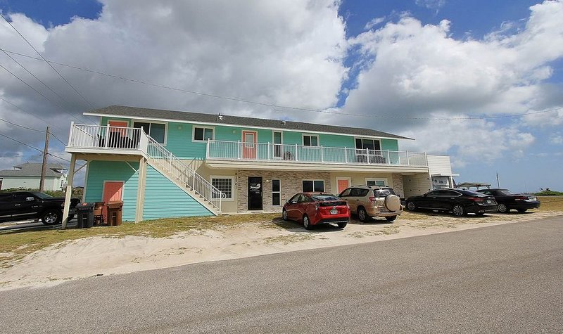 SandyToesA: A Hidden Treasure - Affordable Updated Beachfront on Beautiful..., alquiler de vacaciones en Flagler Beach