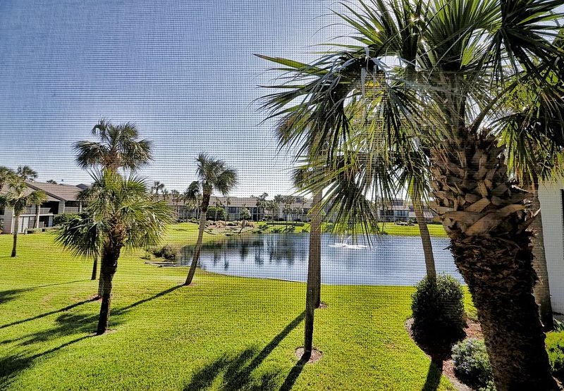 Bright and cheery Gold-rated condo with excellent lagoon views!, vacation rental in Saint Augustine Beach
