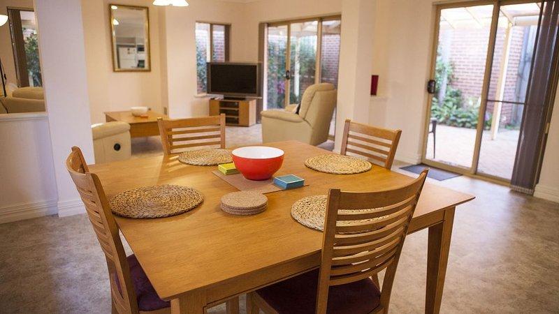 Nedlands Villa - near Kings Park, UWA, Hospitals, Blue Boat House, vacation rental in Cottesloe