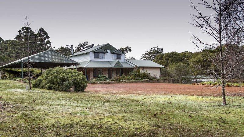 Blue Wren Retreat - Best Family friendly house in 6.7 acres, holiday rental in Pemberton